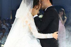 Lời hứa cảm động của vợ trẻ NSND Trung Hiếu trong hôn lễ tràn ngập hoa loa kèn tại Hà Nội