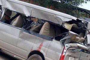 Bắc Giang: Kinh hoàng ô tô 16 chỗ bị xe tải tông từ phía sau, 1 người chết và 2 người bị thương