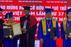 Ở tuổi 73, ông chủ Tập đoàn Mường Thanh nhận bằng cử nhân danh dự của Viện Đại học Kỷ lục Thế giới