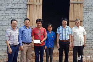 Trao tiền hỗ trợ làm nhà tình nghĩa cho hộ nghèo ở Nghĩa Đàn