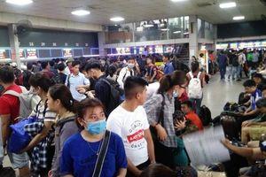 Bến xe, đường phố Hà Nội đông ngộp thở trước nghỉ lễ 30/4