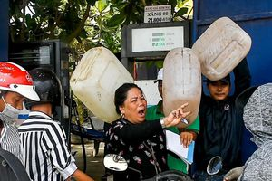 Dân tranh nhau mua xăng ở đảo Lý Sơn trước dịp lễ 30/4