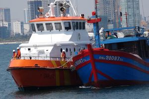 Vượt sóng trong đêm cứu 7 thuyền viên gặp nạn tại khu vực phía Nam vịnh Bắc bộ