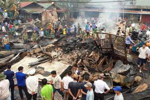 Cháy gần chợ, dân hoảng loạn ôm đồ chạy thoát thân
