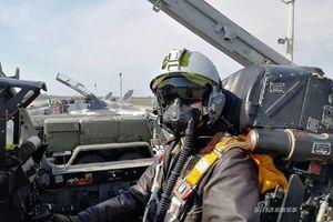 Phi công Ukraine bay MiG-29 với 'mũ bảo hiểm' của... Pháp