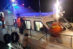 Hà Tĩnh: Cứu sống 7 người rơi xuống biển do lật xuồng khi đi du lịch