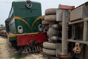 Tàu hỏa trật bánh sau va chạm với xe tải vượt ẩu
