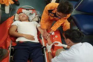 Cấp cứu thuyền viên bị thương nặng ở vùng biển Hoàng Sa