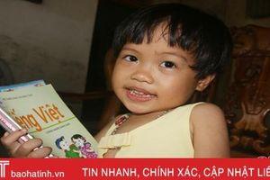 Ngạc nhiên bé gái chưa đầy 4 tuổi ở Hà Tĩnh đọc sách báo như người lớn
