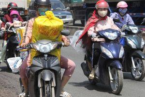 Người dân lỉnh kỉnh đồ đạc rời TP.HCM, mướt mồ hôi 'vượt ải' cầu Đồng Nai