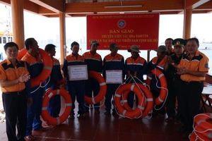 Vượt sóng trong đêm cứu 7 thuyền viên tàu cá ĐNa 91087 TS gặp nạn