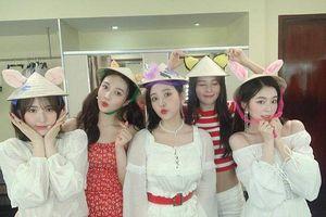 Red Velvet đăng ảnh đội nón lá cực xinh, hứa hẹn về một concert tái ngộ fan Việt Nam