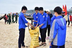 Quảng Trị: Hơn 1.000 người ra quân vệ sinh môi trường biển