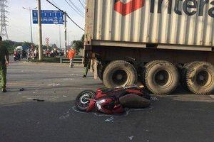 Người phụ nữ chết thảm dưới bánh xe container trên đường về quê nghỉ lễ