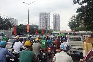 Đường phố tắc nghẽn, bến xe quá tải ngay ngày đầu nghỉ lễ