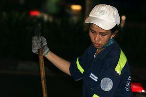 Nửa đêm ngoài phố cùng những nữ lao công quét rác