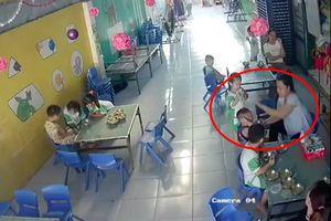Trẻ ăn không kịp nuốt liền bị cô giáo mầm non đánh liên tiếp vào đầu, mặt
