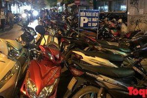 Hà Nội: Lấn chiếm vỉa hè, người dân phố cổ biến lòng đường thành bãi gửi xe 'cắt cổ'