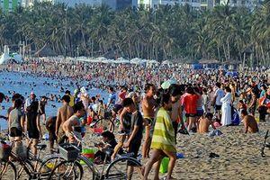 Đông nghẹt du khách chen chân tắm biển tại Sầm Sơn và Hạ Long dịp nghỉ lễ