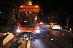 Đà Lạt: Xe khách đối đầu xe máy trên đèo Prenn, 2 người thương vong