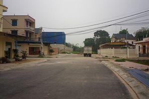 Cận cảnh con đường bị nắn để làm sân tennis cho Thị ủy