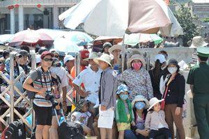 Lý Sơn đặc kín du khách: 3 ngàn chỗ ngủ đón 12 ngàn người