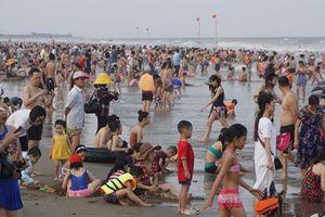 Bãi biển Sầm Sơn ken đặc người