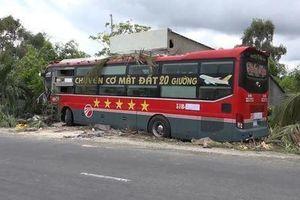 'Chuyên cơ mặt đất' mất lái đâm vào nhà dân, hàng chục hành khách khiếp vía