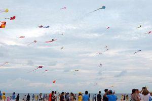 Hơn 150 cánh diều đầy màu sắc bay lượn giữa bầu trời xanh bao la biển Phan Thiết