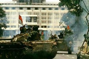 Tường tận xe tăng húc đổ cổng Dinh Độc Lập vào ngày 30.4.1975