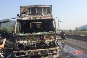 Xe tải chở hàng bốc cháy trơ khung trên đường tránh Quốc lộ 1A