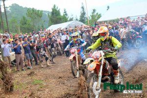 Xem các tay đua trổ tài đua xe trên cao nguyên đá Hà Giang