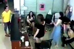 Clip 3 cô gái đi khách đánh hội đồng dân chơi quậy phá ở quán