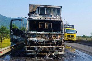 Ôtô tải chở hoa quả bốc cháy dữ dội giữa quốc lộ