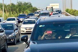 Ùn ứ xe 7km trên cao tốc Long Thành- Dầu Giây