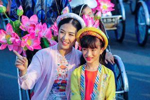 Hoa hậu Ngọc Hân dịu dàng giữa đoàn rước ở Huế