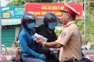 Cảnh sát phát nước suối miễn phí cho người dân về miền Tây nghỉ lễ