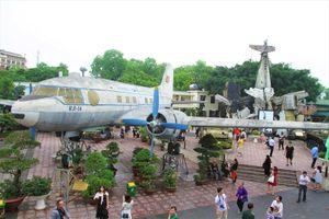 Dòng người đổ về Thủ đô trong ngày kỷ niệm 44 năm giải phóng miền Nam