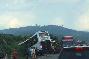 Lâm Đồng: Tránh côn đồ hành hung trên quốc lộ, xe khách lao xuống vực