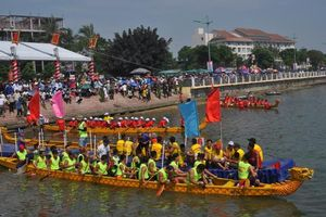 Rộn ràng lễ hội đua thuyền trên sông Nhật Lệ