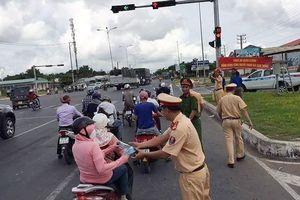 CSGT tặng nước, khăn lạnh cho người đi xe máy về nghỉ lễ dưới nắng