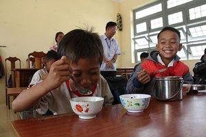Tấm lòng của thầy cô quyên góp tiền nấu cơm trưa cho học sinh nghèo