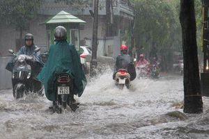 Hà Nội ngập sâu sau cơn mưa lớn, sinh hoạt người dân đảo lộn