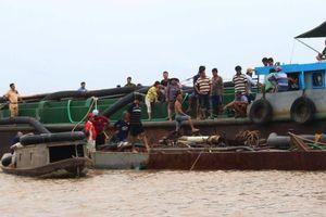 Bắt quả tang tàu sắt khai thác trộm cát gần 270m3 trên sông Cửa Đại