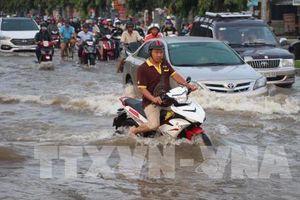 Mưa lớn, nhiều tuyến phố tại Hà Nội bị ngập