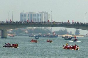 Quảng Bình: Sôi nổi lễ đua thuyền truyền thống trên sông Nhật Lệ