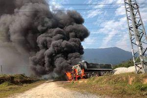 Vướng phải đường dây điện, xe đầu kéo bốc cháy ngùn ngụt ở Hà Tĩnh