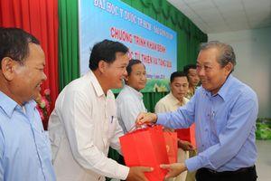 Phó Thủ tướng Thường trực Chính phủ Trương Hòa Bình thăm và tặng quà nhân dân vùng khó khăn