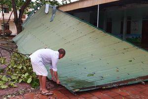 Lốc xoáy khiến hàng chục nhà dân ở Hà Tĩnh bị tốc mái