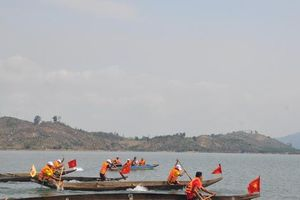 Độc đáo Lễ hội đua thuyền độc mộc trên dòng Pô Kô huyền thoại